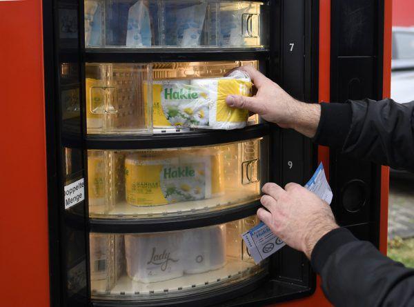 In der deutschen Stadt Düsseldorf gibt es Toilettenpapier aus dem Automaten. apa/dpa