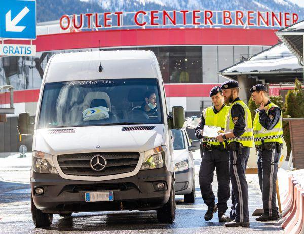Lkws sollen bereits am Brenner überprüft werden. Symbolbild/APA