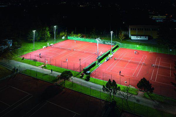Präzise Ausleuchtung der Tennisplätze soll auch das Streulicht auf benachbarte Gebäude auf ein Minimum reduzieren.Zumtobel/Ellensohn