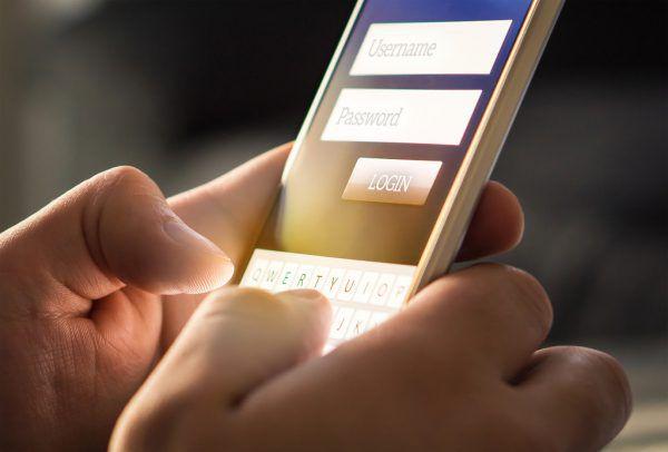 Soziale Medien sind gerade für Jugendliche oft auch eine Gefahrenquelle.Shutterstock