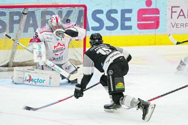 Volltreffer! Jannik Fröwis zirkelt die Scheibe exakt über die Schulter von Gäste-Goalie Baros und trifft zum 3:2.Stiplvosek