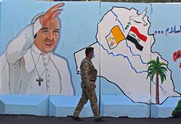 Vorbereitung auf den Besuch: ein Papstbild im Irak. APA/AFP