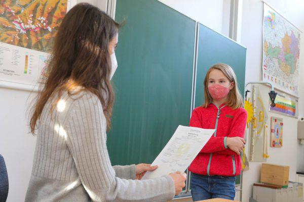Zeugnisse gibt es für die Schüler erst nach den Ferien.Symbolbild/Hartinger