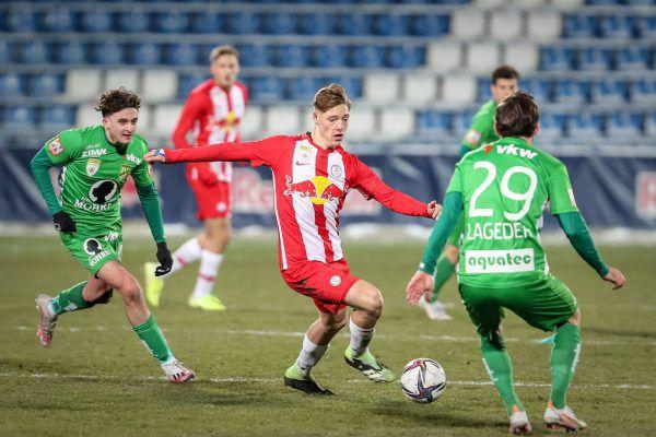 Zwei Grün-Weiße können den Lieferinger Alexander Prass nicht vom Ball trennen.GEPA (2)