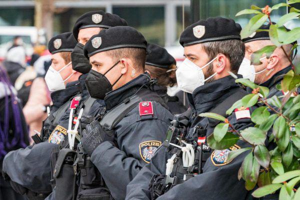 Angriffe gegen Polizisten nehmen rasant zu. Laut Landespolizeidirektor Hans-Peter Ludescher (u.) sei dies auf eine Abnahme an Respekt vor der Obrigkeit zurückzuführen.Stiplovsek