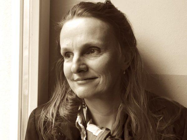 Autorin, Künstlerin und Sängerin SI.SI. Klocker. Benzer