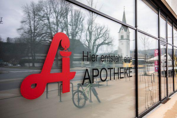 Die Apotheke wird seit mehreren Monaten angekündigt, die Räumlichkeiten stehen aber immer noch im Rohbau. Hartinger