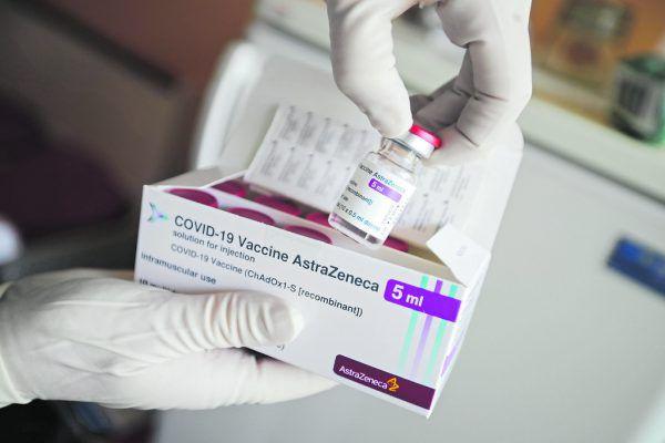 Die Europäische Arzneimittelbehörde (EMA) hat bisher keine Hinweise darauf, dass der CoV-Impfstoff von AstraZeneca eine Blutgerinnung verursacht. AP