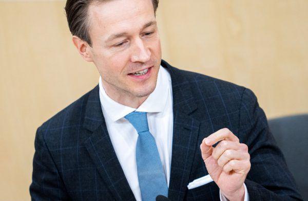 Finanzminister Gernot Blümel (VP) musste sich Dringlicher Anfrage stellen. APA (3)