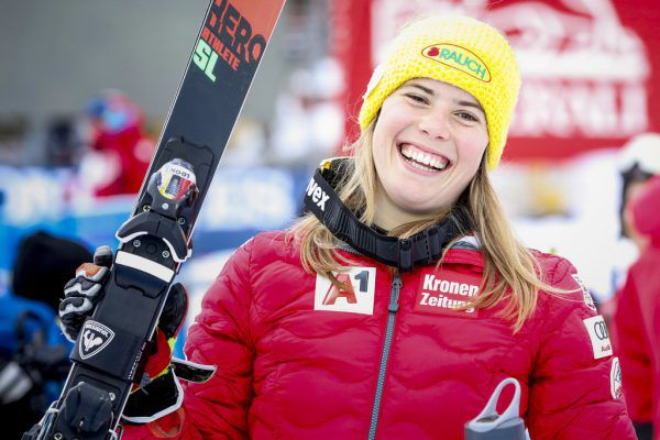 Katharina Liensberger kann sich über ihren ersten Weltcup-Sieg freuen. Ein weiterer Meilenstein in ihrer Karriere. GEPA
