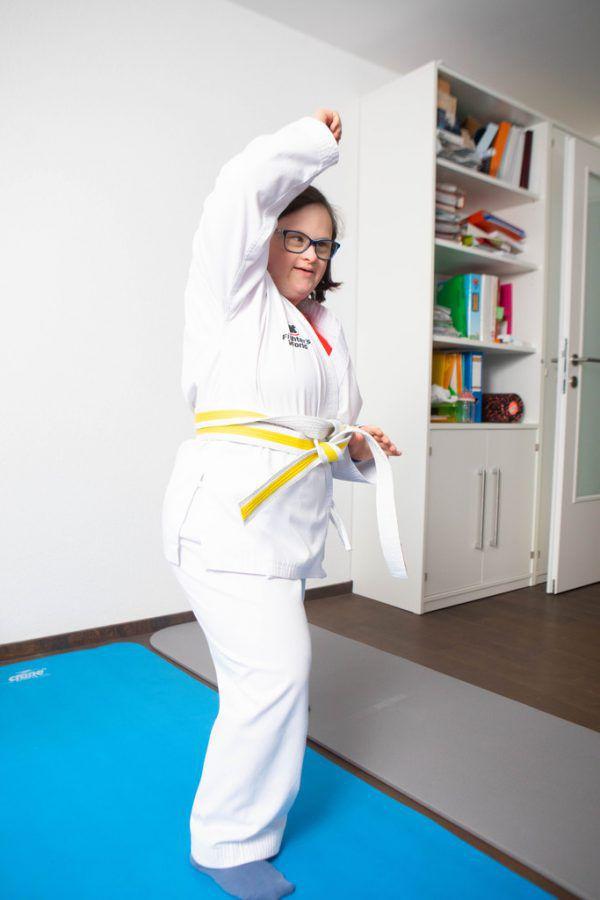 Lea Huber (l.) und Dorothea Grabher (unten) sind begeisterte Karatekas.