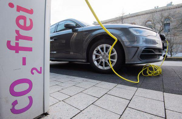 Mit dem Vormarsch der E-Autos werde die Stromproduktion Schritt halten, versicherte der E-Control-Vorstand.Symbolbild/ApA/Dpa/ JULIAN STRATENSCHULTE