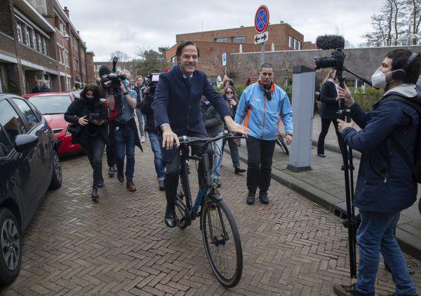 Premier Mark Rutte kam mit dem Rad zur Wahl. AP