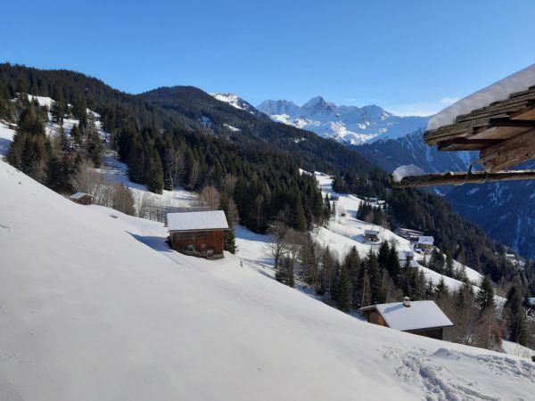 Rechts: Bergblick zu den Berggrößen des Verwalls mit Silbertaler Lobspitze.Oben: St.-Agatha-Kapelle auf 1424 am Kristberg.Hertha Glück