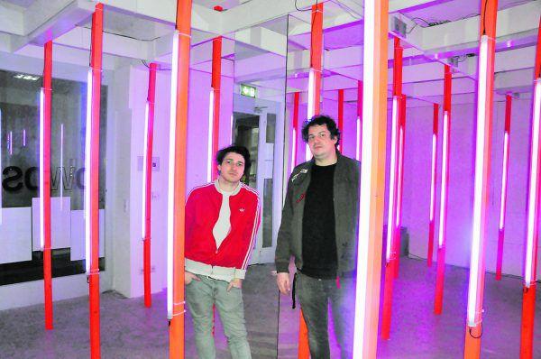 Stefan Kainbacher (r.) und Leon Boch in der Ausstellung. Ölz