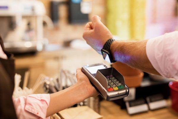 Uhr und Handy mit NFC-Funktion haben an Bedeutung beim kontaktlosen Zahlen gewonnen.Shutterstock, Sparkasse Dornbirn, Privat (6)