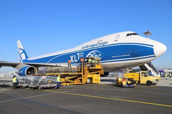 Um die mehr als 100 Tonnen schwere Gebäudelager pünktlich auf die Baustelle zu bringen, charterte Getzner ein Frachtflugzeug der Type Boeing 747-400F.Flughafen linz GesmH