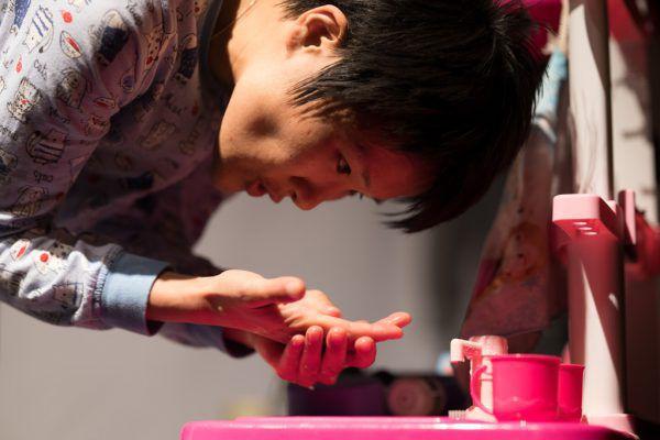 """Wer lebt, verliert: Manami Okazaki als """"Hikikomori"""" im gleichnamigen Stück, das in Dornbirn gastierte.Jakub Kavon (3)"""