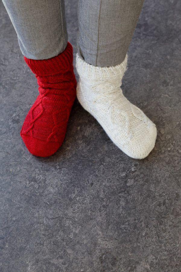 Zwei verschiedene Socken als Zeichen der Einzigartigkeit. Shutterstock