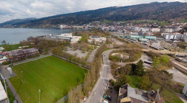 Auf dem Trainingsplatz oder dem Festspiel-Parkplatz könnte ein neues Hotel entstehen – unten Stadtkämmerer Manuel Felizeter (l.) und Bürgermeister Michael Ritsch.KLaus Hartinger, Stadt Bregenz