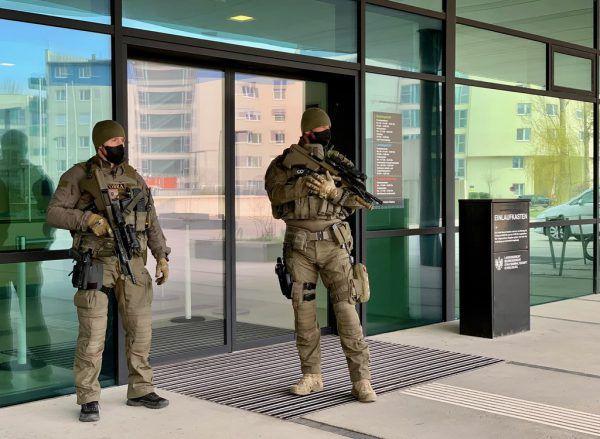 Beamte der Cobra sorgten bei dem brisanten Prozess für Sicherheit.APA
