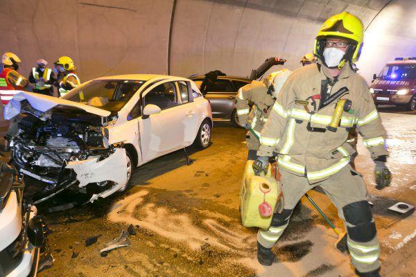Bei dem Unfall wurden alle drei Fahrzeuge stark beschädigt.© T.Häfele/Mathis Fotografie