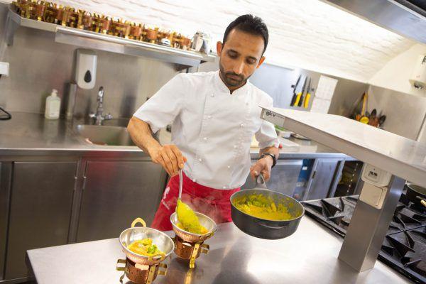Bei einem privaten Treffen präsentierte der 30-jährige Afghane seine Kochkünste. Arbeiten darf er derzeit nicht. hartinger