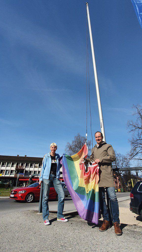 Bürgermeister Dieter Egger und Vizebürgermeisterin Patricia Tschallener beim Hissen der Fahne vergangene Woche. Stadt Hohenems