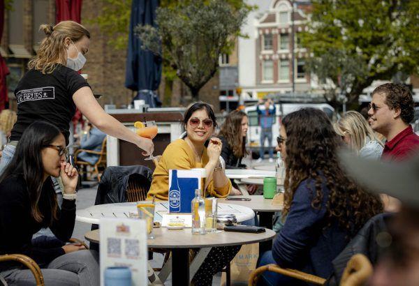 Cafés öffnen ihre Gastgärten wieder.Ap