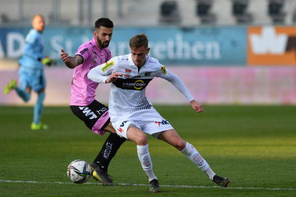 Daniel Nussbaumer (r.) spielt auch in der kommenden Saison für Altach. gepa/lerch