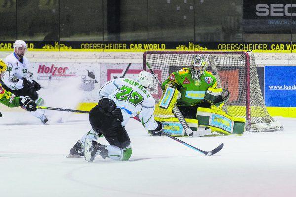 Das übermächtige Ljubljana feuerte am Samstag aus allen Lagen, viele taktische Optionen hat EHC-Coach Mike Flanagan auch heute nicht.Sams (2)