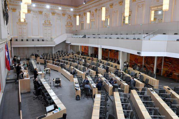 Dass ein Großteil der FPÖ das Tragen der FFP2-Masken im Parlament verweigert, sorgte für Debatten. APA