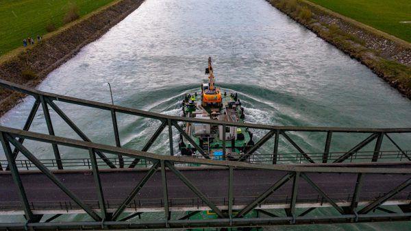 Der auf einer Plattform mitten im Rhein treibende Bagger sticht sofort ins Auge. Klaus Hartinger (4)