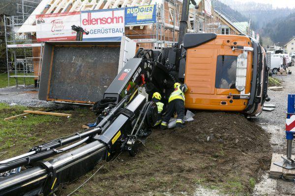 Der umgekippte Lkw mit Kranaufbau. ©Mathis