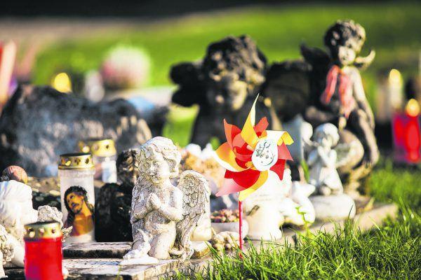 Die Gräber der Kinder sind liebevoll gestaltet.Philipp Steurer (2), Handout/Privat