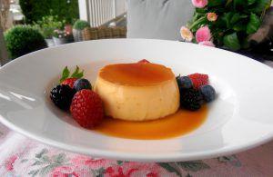 Crème Caramelmit frischen Beeren