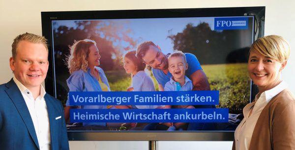 FPÖ-Klubobmann Christof Bitschi und Familiensprecherin Andrea Kerbleder bei der Präsentation des Gutscheins. FPÖ