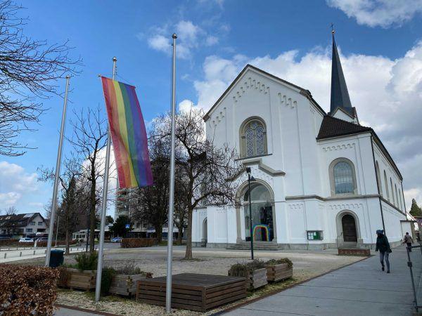 In Hard wehte vor der Kirche eine Regenbogenfahne, ehe diese angezündet wurde.Vol.at