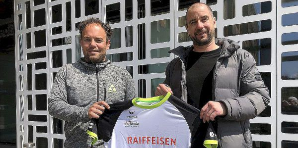 Michael Knauth mit Gossau-Vorstandsmitglied Sandro Wirz.Verein