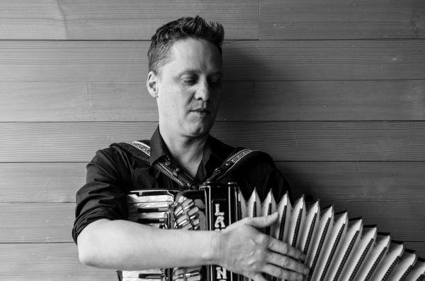 Mit Akkordeon und Gitarre: Philipp Lingg. Die neue Single ist über alle gängigen Online-Portale erhältlich. Roswitha Schneider (2)