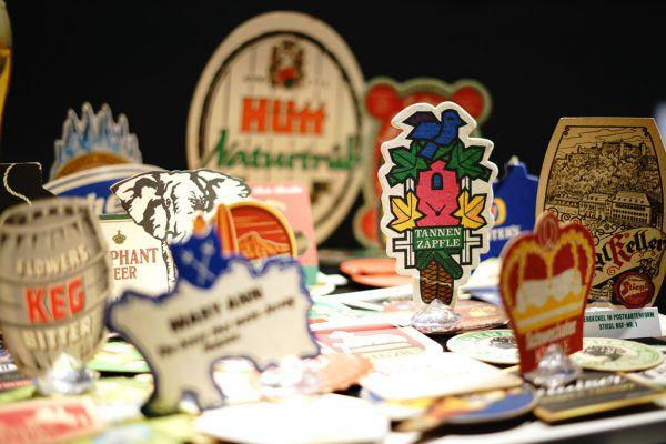 Von rund 10.000 zusammengetragenen Bierdeckeln werden etwa 1000 ausgewählte Exponate bei der Sonderschau gezeigt.Mohrenbrauerei