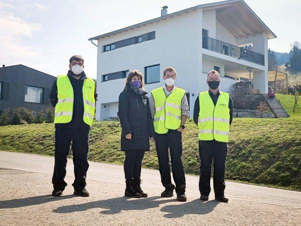 VVV-Mobilbegleiterin Alexandra Hennig mit Mitarbeitern der Sicherheitsfirma, die bei den Kontrollen unterstützen.