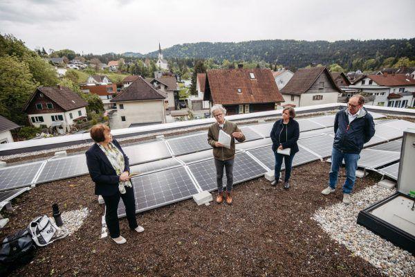 Auf dem Dach des Kennelbacher Kinderhauses ging die Pressekonferenz über die Bühne. VLK/Sams