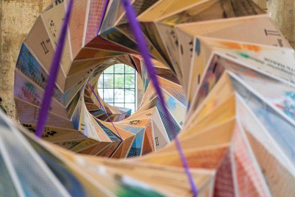 Bildhauer und Künstler Peter Sandbichler und die zwei Objekte, die er für den Kunstraum gestaltet hat. Dietmar Stiplovsek (3)