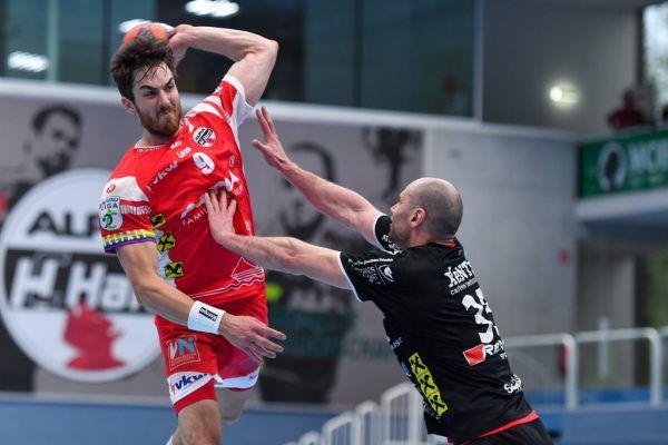 """Die Abwehrreihe der """"Roten Teufel"""" packte ordentlich zu und engte die Offensive der Gäste ein. Boris Zivkovic (unten) überragt seinen Gegenspieler. gepa/lerch"""