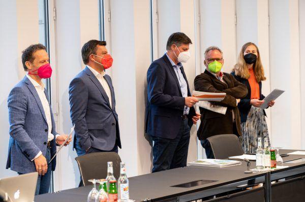 Die fünf Energiesprecher bei der Pressekonferenz: Gerfried Thür, Martin Staudinger, Daniel Allgäuer, Christoph Metzler und Christina Metzler.