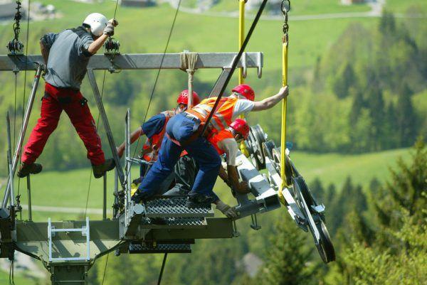 Ein Bild aus besseren Tagen: Arbeiter bei der Überholung der Hirschbergbahn im Jahr 2003.hartinger