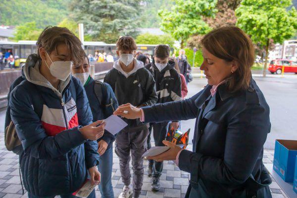 Eine kleine Aufmerksamkeit der Schule: Das Austeilen von Masken und Schokolade an die Schüler.