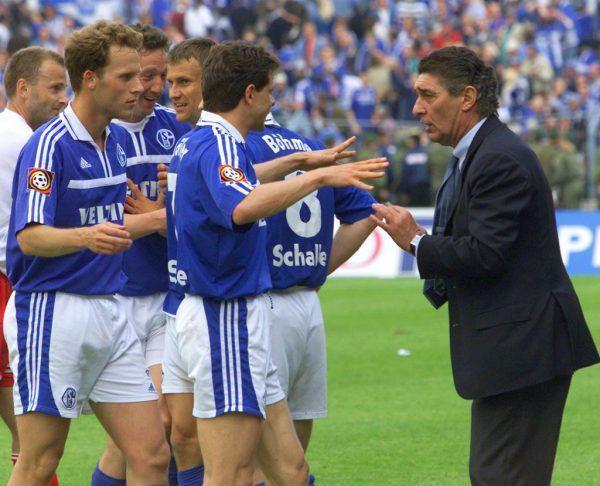 Emil Mpenza bejubelt mit einem Fan den Titel.Links: Rudi Assauer diskutiert mit den Spielern darüber, ob sie Meister sind oder nicht. In diesen Sekunden ensteht der Irrglaube, das Spiel der Bayern sei zu Ende.AP (2)