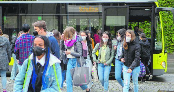 Ungewohntes Bild: Dutzende Schüler machen sich auf den Weg zur Schule. Der Präsenzunterricht ist zurück.